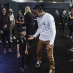 Hamilton pranks fans at Mercedes-Benz World